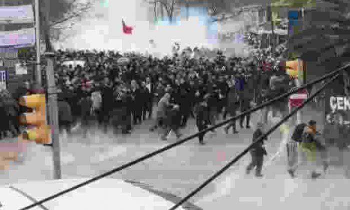 Zaman Gazetesi Destekçilerine Polis Gaz Sıktı