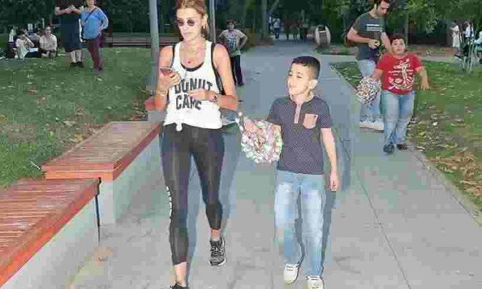 Özge Ulusoy Bebek'te Formu İçin Yürüyor!