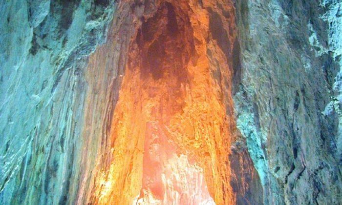 İnaltı Mağarası, yaz sıcaklarından bunalan vatandaşların akınına uğruyor.