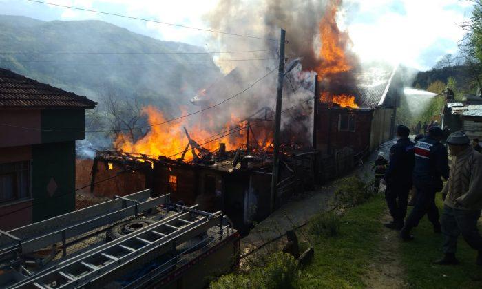 Türkeli'de bir evde yangın çıktı; 1'i çocuk 3 ölü