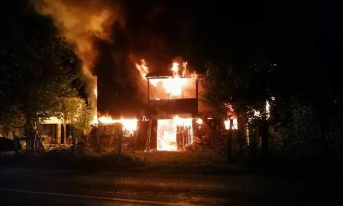 Ayancık'ta iki katlı ev alev alev yandı