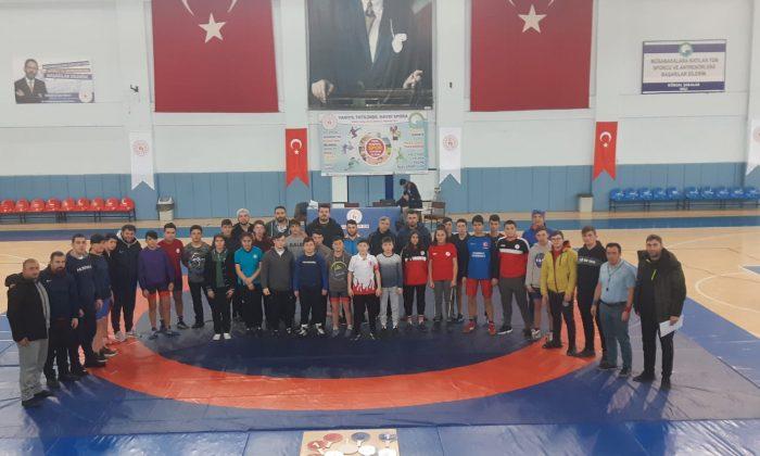 Gençler Güreşte Mücadele Etti