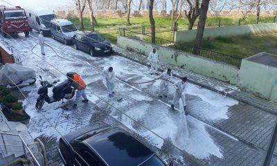 Belediye sokakları köpükle temizliyor